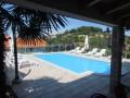 Letní terasa pro příjemné posezení u bazénu