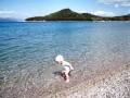 Mělká oblázková pláž je vhodná i pro ty nejmenší
